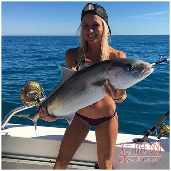 钓鱼艇上那些用鱼当胸罩的妹子,你们好!